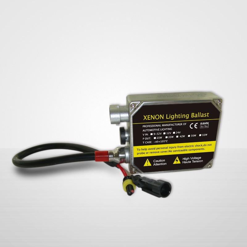 HIDに必要な高電圧を生み出すバラスト。サイズは10×10cmほど。